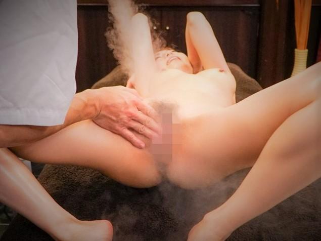 凶悪媚薬でトップ女優がエビ反り痙攣絶頂ッ!★『ダメになっちゃうぅぅ///♥』ローション垂らして、より照り輝く肉体が神々しい。そこに媚薬を擦り込み……